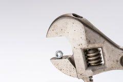 Παλαιό γαλλικό κλειδί πιθήκων και λίγο καρύδι μπουλονιών Στοκ Φωτογραφίες