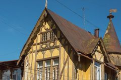 Παλαιό γερμανικό ξύλινο κίτρινο κτήριο Ανώτερο μέρος του κτηρίου στοκ εικόνα με δικαίωμα ελεύθερης χρήσης
