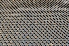 Παλαιό γκρίζο υπόβαθρο στεγών φιαγμένο από πισσασφαλτωμένα τετραγωνικά κεραμίδια στοκ φωτογραφία