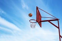 Παλαιό δαχτυλίδι καλαθοσφαίρισης στο μπλε ουρανό Στοκ φωτογραφία με δικαίωμα ελεύθερης χρήσης