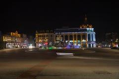 Παλαιό διάστημα νύχτας σε Kutaisi, Γεωργία Plaza νύχτας πόλεων το φθινόπωρο με τις πορείες που σκορπίζονται Στοκ Εικόνες