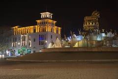 Παλαιό διάστημα νύχτας σε Kutaisi, Γεωργία Plaza νύχτας πόλεων το φθινόπωρο με τις πορείες που σκορπίζονται Στοκ Εικόνα