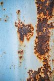 Παλαιό διαβρωμένο υπόβαθρο τοίχων μετάλλων με το λεπιοειδές μπλε χρώμα Σκουριασμένη λεπιοειδής ραγισμένη επιφάνεια μετάλλων Αφαιρ στοκ φωτογραφία