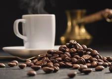 Παλαιό δοχείο καφέ, φασόλια καφέ και φλυτζάνι του καυτού καφέ Στοκ εικόνες με δικαίωμα ελεύθερης χρήσης