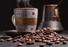 Παλαιό δοχείο καφέ, φασόλια καφέ και φλυτζάνι του καυτού καφέ Στοκ εικόνα με δικαίωμα ελεύθερης χρήσης