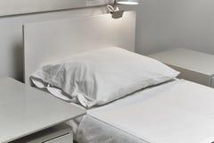 Παλαιό δωμάτιο νοσοκομείων Ντεμοντέ έπιπλα και κρεβάτι Τρύγος Στοκ Φωτογραφία