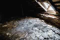 Παλαιό εγκαταλειμμένο ανατριχιαστικό δωμάτιο σπιτιών φέουδων Παλαιό έγγραφο για το έδαφος Στοκ Εικόνα