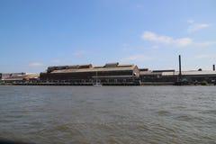 Παλαιό εγκαταλειμμένο εργοστάσιο κατά μήκος του riverbank του ποταμού Noord σε Alblasserdam στις Κάτω Χώρες στοκ εικόνα με δικαίωμα ελεύθερης χρήσης