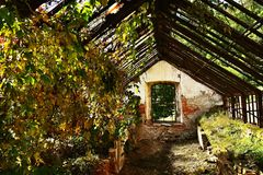 Παλαιό εγκαταλειμμένο κτήριο θερμοκηπίων στον κήπο κάστρων Στοκ Φωτογραφίες