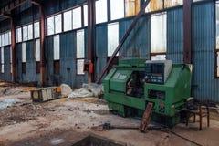 Παλαιό εγκαταλειμμένο μεταλλουργικό εργοστάσιο με τα σκουριασμένα υπολείμματα των βιομηχανικών CNC εργαλειομηχανών στο εργαστήριο στοκ εικόνες με δικαίωμα ελεύθερης χρήσης