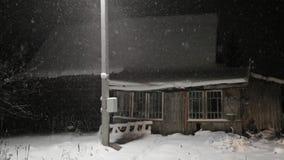 Παλαιό εγκαταλειμμένο μη οικιστικό σπίτι τη νύχτα το χειμώνα φιλμ μικρού μήκους