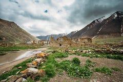 Παλαιό εγκαταλειμμένο χωριό με τα σπίτια στο χωριό Ketrisi στο φαράγγι Truso Στοκ Φωτογραφίες