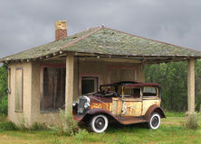Παλαιό εκλεκτής ποιότητας αυτοκίνητο από ένα μικρό κτήριο Στοκ Φωτογραφία