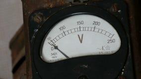 Παλαιό εκλεκτής ποιότητας βολτόμετρο που παρουσιάζει τάση απόθεμα βίντεο