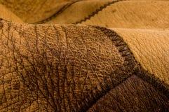 Παλαιό εκλεκτής ποιότητας γνήσιο μαλακό καφετί υπόβαθρο σύστασης δέρματος, τοπ στρώμα με τους πόρους και τις γρατσουνιές, μακροεν στοκ φωτογραφίες