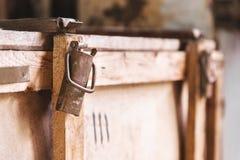 Παλαιό εκλεκτής ποιότητας κιβώτιο φιαγμένο από ξύλο για την αποστολή και τη χρησιμοποίηση στην παλαιά θέση Στοκ Φωτογραφίες