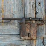 Παλαιό εκλεκτής ποιότητας λουκέτο στην πόρτα στοκ εικόνα με δικαίωμα ελεύθερης χρήσης