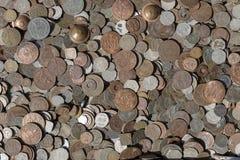 Παλαιό εκλεκτής ποιότητας πλαστό υπόβαθρο νομισμάτων για την πώληση στους τουρίστες στην ινδική αγορά στην οδό σε Rishikesh, Ινδί στοκ φωτογραφίες