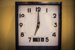 Παλαιό εκλεκτής ποιότητας ρολόι στο κίτρινο υπόβαθρο Στοκ εικόνες με δικαίωμα ελεύθερης χρήσης
