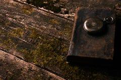 Παλαιό εκλεκτής ποιότητας ρολόι τσεπών με το παλαιό παλαιό βιβλίο Βίβλων Στοκ Φωτογραφίες