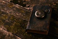 Παλαιό εκλεκτής ποιότητας ρολόι τσεπών με το παλαιό παλαιό βιβλίο Βίβλων Στοκ φωτογραφίες με δικαίωμα ελεύθερης χρήσης