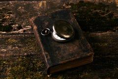 Παλαιό εκλεκτής ποιότητας ρολόι τσεπών με το παλαιό παλαιό βιβλίο Βίβλων Στοκ εικόνα με δικαίωμα ελεύθερης χρήσης