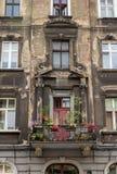 Παλαιό εκλεκτής ποιότητας σπίτι με το ράγισμα fasade στοκ εικόνες