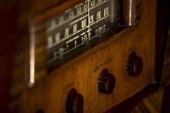 Παλαιό, εκλεκτής ποιότητας παλαιό όρθιο ραδιόφωνο του 1930 ` s με τα εξογκώματα και τους πίνακες στοκ εικόνες