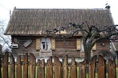 Παλαιό εξοχικό σπίτι χωρών πίσω από το φράκτη Στοκ φωτογραφίες με δικαίωμα ελεύθερης χρήσης