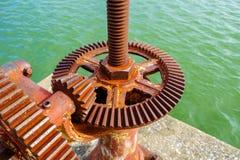 Παλαιό εργαλείο και οξυδωμένος cogwheel μηχανισμός, ρόδα εργαλείων βαραίνω για το νερό στοκ φωτογραφίες