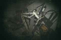Παλαιό εργαστήριο με πολλά μπουκάλια που καταγράφονται με το ανεμοπλάνο Στοκ φωτογραφία με δικαίωμα ελεύθερης χρήσης