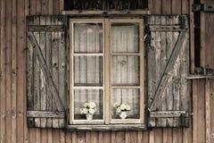 Παλαιό ευρωπαϊκό ξύλινο παράθυρο Στοκ εικόνα με δικαίωμα ελεύθερης χρήσης