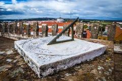 Παλαιό ηλιακό ρολόι πετρών στο μπλε ουρανό στοκ εικόνες με δικαίωμα ελεύθερης χρήσης
