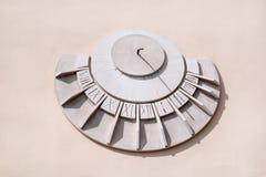 Παλαιό ηλιακό ρολόι σε έναν άσπρο τοίχο Στοκ εικόνες με δικαίωμα ελεύθερης χρήσης