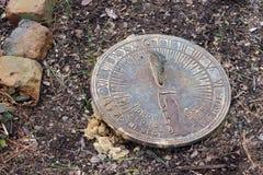 Παλαιό ηλιακό ρολόι στον κήπο χωρών Στοκ Εικόνες