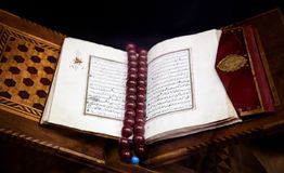Παλαιό ιερό ισλαμικό βιβλίο Koran που ανοίγουν στη δέσμευση δέρματος με καφετή στοκ εικόνες