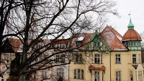 Παλαιό ιστορικό τοπικό ύφος κτηρίου το χειμώνα Στοκ Εικόνες