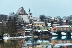 Παλαιό ιστορικό Porvoo, Φινλανδία με τα ξύλινα σπίτια και μεσαιωνικός καθεδρικός ναός Porvoo πετρών και τούβλου κάτω από το άσπρο στοκ εικόνα