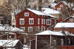 Παλαιό ιστορικό Porvoo, Φινλανδία με τα παραδοσιακά Σκανδιναβικά αγροτικά κόκκινα ξύλινα σπίτια κάτω από το άσπρο χιόνι χιόνι στοκ φωτογραφία με δικαίωμα ελεύθερης χρήσης