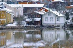 Παλαιό ιστορικό Porvoo, Φινλανδία με τα παραδοσιακά Σκανδιναβικά αγροτικά κόκκινα ξύλινα σπίτια κάτω από το άσπρο χιόνι χιόνι στοκ εικόνες