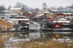 Παλαιό ιστορικό Porvoo, Φινλανδία με τα παραδοσιακά Σκανδιναβικά αγροτικά κόκκινα ξύλινα σπίτια κάτω από το άσπρο χιόνι χιόνι στοκ εικόνα