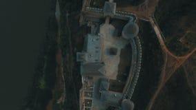 Παλαιό κάστρο στο εναέριο μήκος σε πόδηα κηφήνων όχθεων ποταμού απόθεμα βίντεο