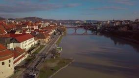 Παλαιό κέντρο πόλεων Maribor στη Σλοβενία Άποψη από τον κηφήνα στις κεραμωμένες στέγες απόθεμα βίντεο
