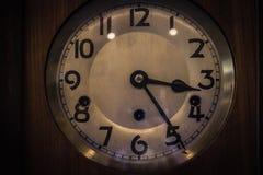 Παλαιό κίτρινο εκλεκτής ποιότητας ρολόι στο ξύλινο υπόβαθρο Στοκ Εικόνες