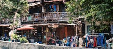 Παλαιό και αγροτικό ξύλινο ταϊλανδικό παραδοσιακό σπίτι Στοκ φωτογραφίες με δικαίωμα ελεύθερης χρήσης
