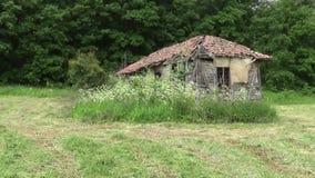 Παλαιό και εγκαταλειμμένο σπίτι στο βουνό απόθεμα βίντεο