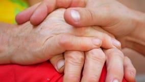 Παλαιό και νέο αγκάλιασμα χεριών απόθεμα βίντεο