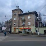 Παλαιό κατοικημένο κτήριο σε Sloviansk, νεφελώδες βράδυ Μαρτίου στοκ φωτογραφίες