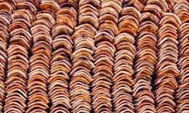 Παλαιό κεραμίδι υλικού κατασκευής σκεπής αργίλου κεραμικό που συσσωρεύεται Στοκ Εικόνες
