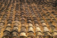 Παλαιό κεραμίδι υλικού κατασκευής σκεπής αργίλου κεραμικό Στοκ φωτογραφία με δικαίωμα ελεύθερης χρήσης